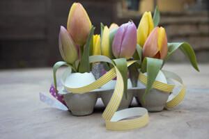 Virágos tojástartóban